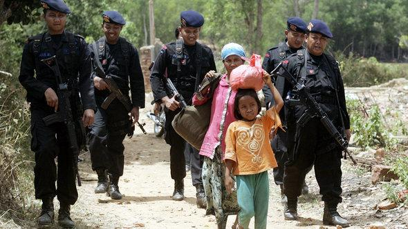 Shiites flee from persecution by extremists in Sampang district on the island of Madura (photo: picture-alliance/dpa)