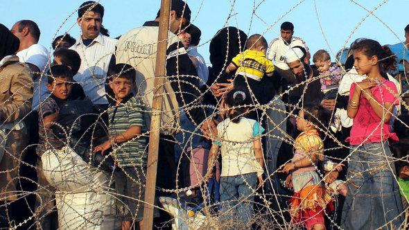 Syrische Flüchtlinge an der Grenze zur Türkei; Foto: picture-aliance/dpa