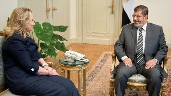 US Secretary of State Hillary Clinton meets with Egyptian President Mohammed Morsi at the presidential palace in Cairo on 14 July 2012 (photo: AP)