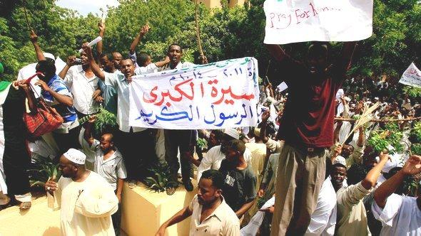 Sudanese protestors violently attack the German embassy in Khartoum (photo: AFP/Getty Images)