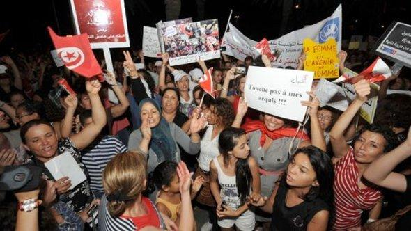 Women demonstrating against the new constitutional draft. One placard reads: