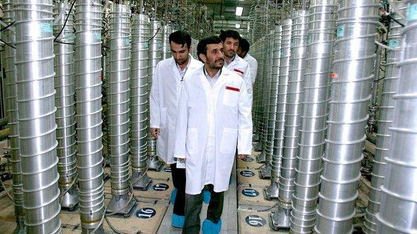 Iran's president Ahmadinejad visiting the Iranian nuclear facility in Natanz (photo: dpa)