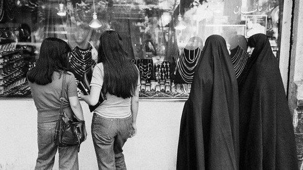 Four women in pre-revolutionary Qom, 1978 (photo: DW)