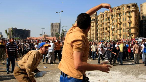 Supporters and opponents of President Mohammed Mursi on Tahrir Square, October 2012 (photo: AP/dapd)