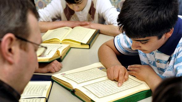 Children taking instruction on the Koran (photo: dapd/Jörg Koch)