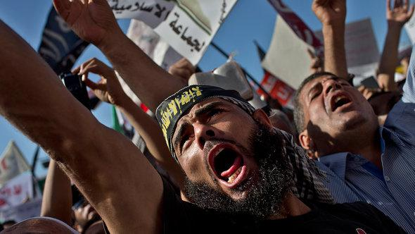 Salafist demonstrate on Tahrir Square, demanding the new constitution should be based on Sharia law (photo: AP/dapd)