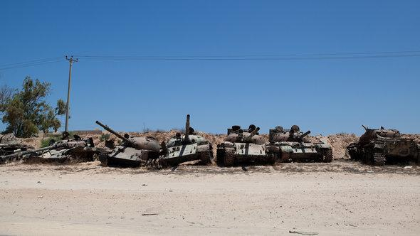 Defunct tanks in Misrata (photo: picture alliance/abaca)