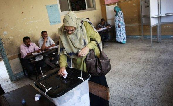 A woman at the ballot box during elections in Alexanria, Egypt (photo: AP/dapd)