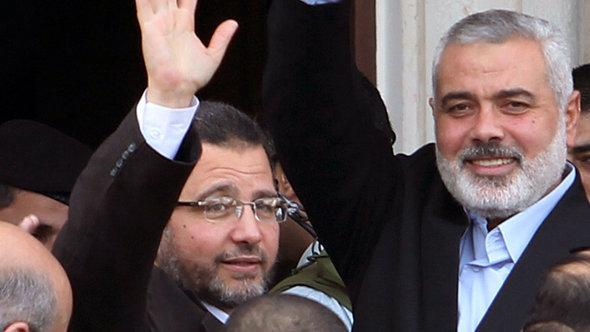 Hisham Qandil (left) and Ismail Haniyeh (photo: Reuters)