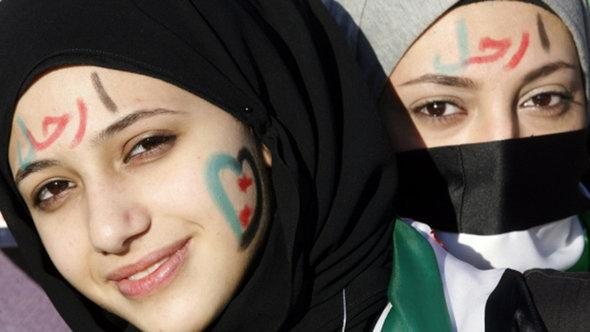 Two female anti-Assad protestors in Aleppo (photo: Rawan Issa/DW)