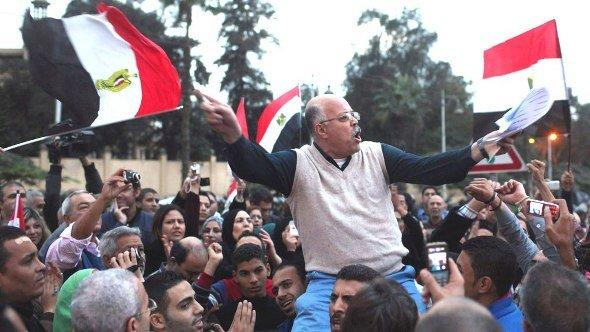Protesters chants anti-Mursi slogans in front of the presidential palace in Cairo on 4 December 2012 (photo: Reuters/Asmaa Waguih)