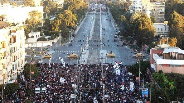 Anti-Morsi demonstrators stage a protest outside the presidential palace in Cairo 7 December 2012 (photo: Reuters/Mohamed Abd El Ghany)