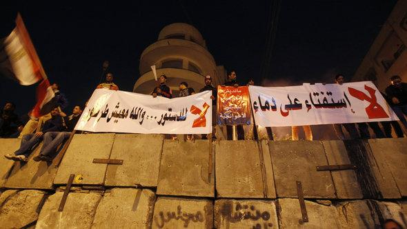 Opponents of the new constitution in front of the presidential palace in Cairo (photo: Reuters)