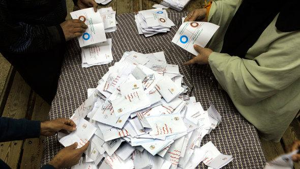 Counting of ballot papers for the first round of the referendum on the constitution, Cairo (photo: AP)