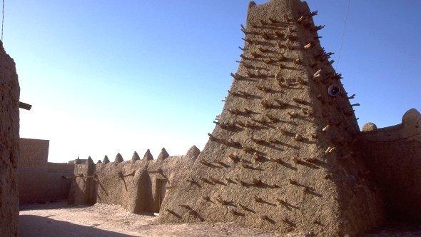 the minaret of a clay-mosque in Timbuktu (photo: dpa)