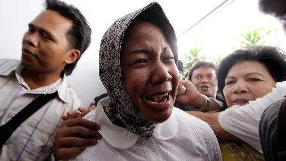 Prita Mulyasari cries outside a court after her trial in Tangerang on December 29, 2009 (photo: STR/AFP/Getty Images)