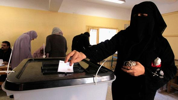 A woman in Mahalla casting her vote on the new constitution (photo: Reuters/Mohamed Abd El Ghany)