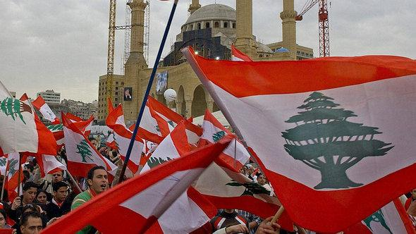 Lebanese protestors celebrating the fall of Prime Minister Omar Karameh's government in Beirut in March 2005 (photo: dpa)