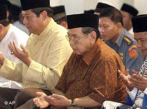 Indonesian President Susilo Bambang Yudhoyono, left, prays with former President Abdurrahman Wahid, center (photo: AP Photo/Achmad Ibrahim)