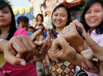 Indonesia women show off their inked stained fingers after voting Wednesday, July 8, 2009, in Jakarta, Indonesia (photo: AP Photo/David Longstreath)