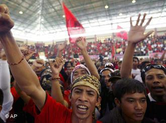 Supporters of Indonesian Democratic Party-Struggle (PDIP) cheer up during the final round of campaign rally in Jembrana, Bali, Indonesia, Sunday, April 5, 2009 (photo: AP Photo/Firdia Lisnawati)