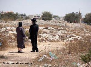 Two orthodox Jews on the outskirts of the Ramat Shlomo settlement in eastern Jerusalem (photo: dpa)