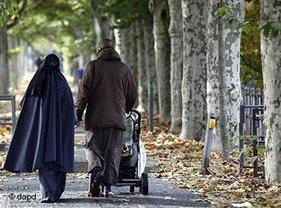 A Muslim couple pushing a baby buggy down an alley in Frankfurt am Main, Germany (photo: dapd)