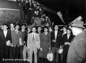Guest workers from Turkey arriving at Dusseldorf aiport on 27 November 1961 (photo: dpa)