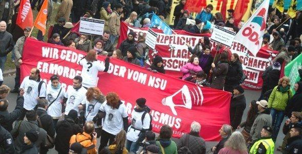 Bürger demonstrieren am 04.11.2012 in Berlin mit Plakaten und Transparenten gegen Rassismus; Foto: dpa