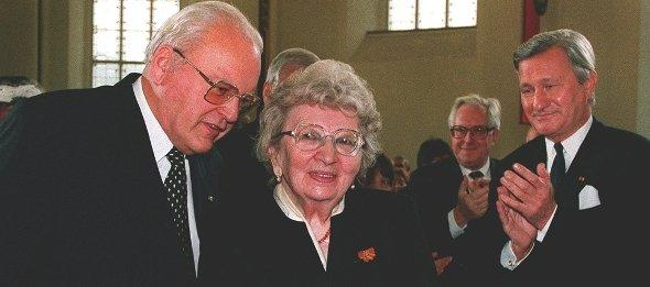 German Federal President Roman Herzog congratulates Annemarie Schimmel to the award of the Peace Prize of the German Book Trade , on Sunday, October 15, 1995 (photo: picture-alliance/dpa)