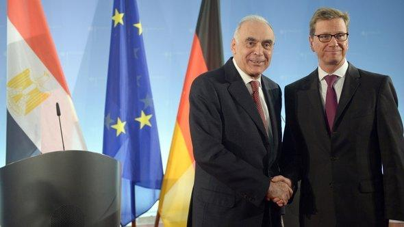 German foreign minister Guido Westerwlle (r) and Egypt's foreign minister Kamel Amr in Berlin, November 2012 (photo: Rainer Jensen/dpa)