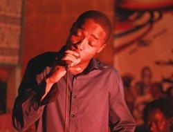 Der malische Rapper Amkoullel bei einem Auftritt im Pili Pili Club in Bamako; Foto: DW/Tamasin Ford
