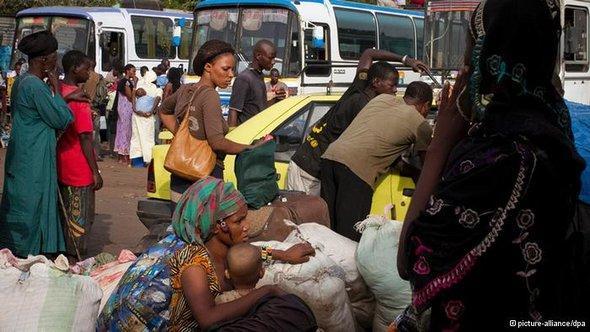 Viele Familien flüchten aus dem Norden Malis in den Süden; Foto: picture-alliance/dpa