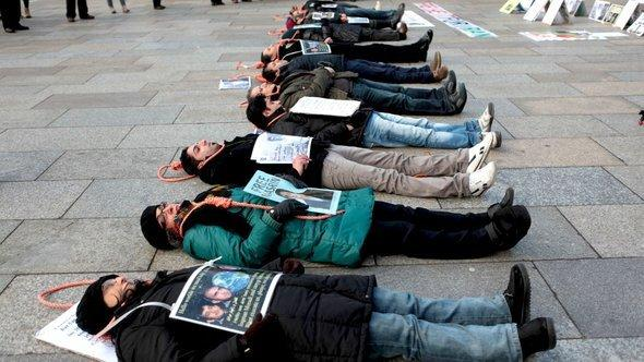 احتجاجات لإيرانيين مهاجرين في مدينة كولونيا الألمانية على عقوبة الإعدام في إيران. دويتشه فيله.