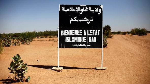 """A street sign that read """"Welcome to the Islamic state of Gao!"""" in Arabic and French (photo: dapd)"""
