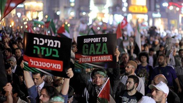 Thousands of people shout slogans against Israel and wave Palestinian flags during a rally mark to first anniversary of Israel's attack to Mavi Marmara ship, in Istanbul, Turkey, on 30 May 2011 (photo: dpa)