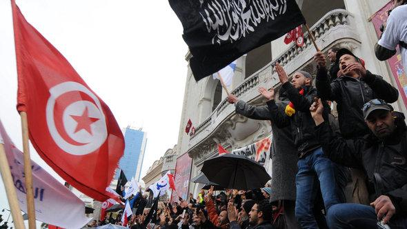 Supporters of Tunisia's ruling Islamist party Ennahda partyin Tunis, 09 February 2013 (photo: dpa)