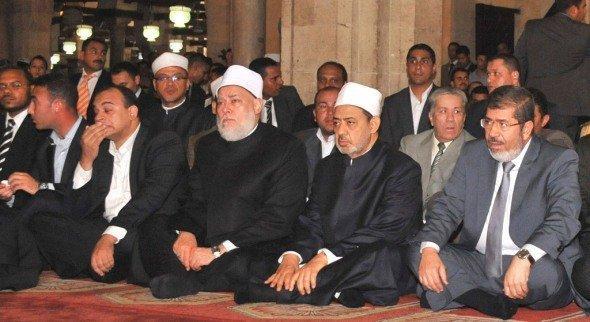 Der ägyptische Präsident Mursi besucht die Azhar-Moschee zum Freitagsgebet am 29. Juni 2012, neben ihm der Großscheich der Azhar, Ahmad Al Tayeb; Foto: Reuters