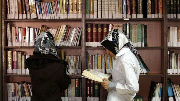 Turkish girls at the library at the Kazim Karabekir Girls' Imam-Hatip School in Istanbul (photo: Reuters/Murad Sezer)
