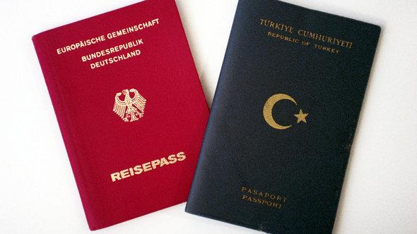 A German (left) and a Turkish passport (photo: dpa/picture-alliance)