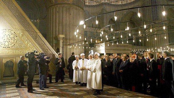 Pope Benedict XVI visits the Blue Mosque in Istanbul, 30 November 2006 (photo: EPA/Patrick Hertzog)