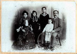 Jurji Zaidan and his family circa 1908 (photo: Zaidanfoundation.org)
