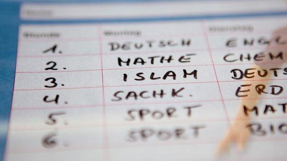 An Islamic religion class is included in a fictitious school timetable (photo: dpa)