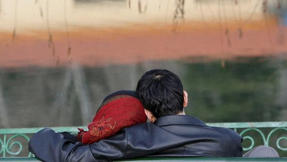 Young couple watches sunset in Teheran (photo: Majid Saeedi/Getty Images)
