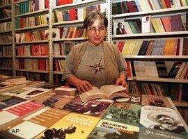 Ayse Nur Zarakolu at the Frankfurt Book Fair in 1997 (photo: AP Photo/Murad Sezer)
