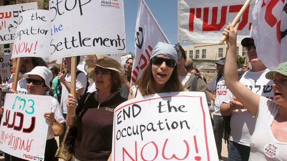 Supporters of the Israeli movement 'Peace Now' against settler's policy (photo: dpa)