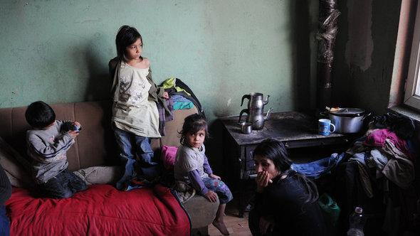 A Romani family with six children that was deported from Germany living in a one-roomed flat in Kosovo (photo: picture-alliance/ZB)