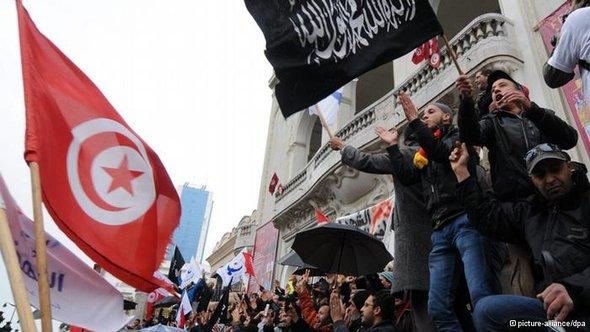 Ennahda supporters demonstrating against the government on 16 February 2013 (photo: picture-alliance/dpa)