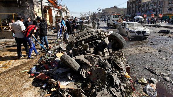 سيارة محطمة بعد تفجير بسيارة مفخخة في بغداد. رويترز