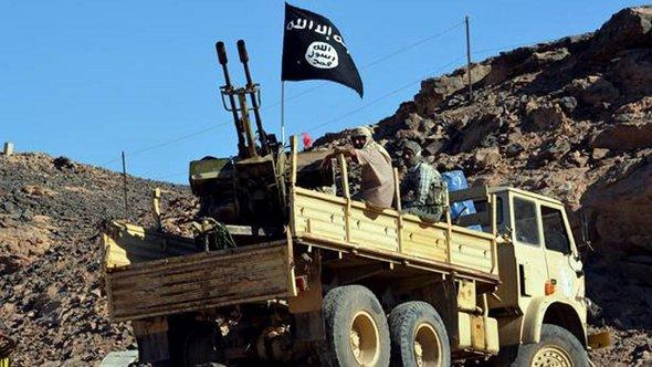 Suspected al-Qaeda militants sitting next to an anti-aircraft machine gun on a truck in Yemen in March 2012 (photo: picture-alliance/dpa)